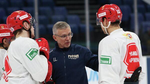 Хоккеисты молодежной сборной России и Игорь Ларионов
