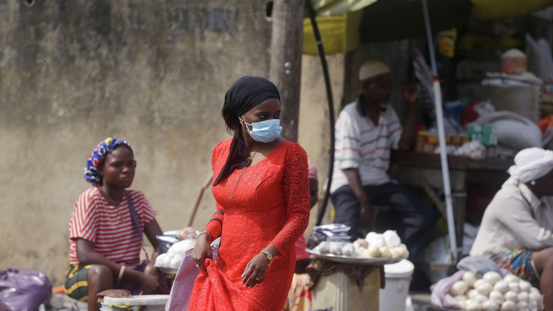 Женщина в медицинской маске на рынке в Лагосе, Нигерия - РИА Новости, 1920, 29.09.2021