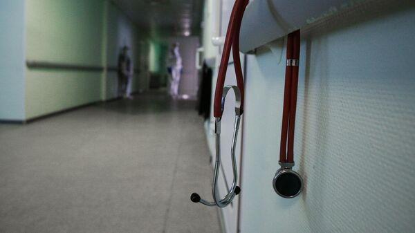 Стетоскоп в коридоре Новосибирской областной клинической больницы