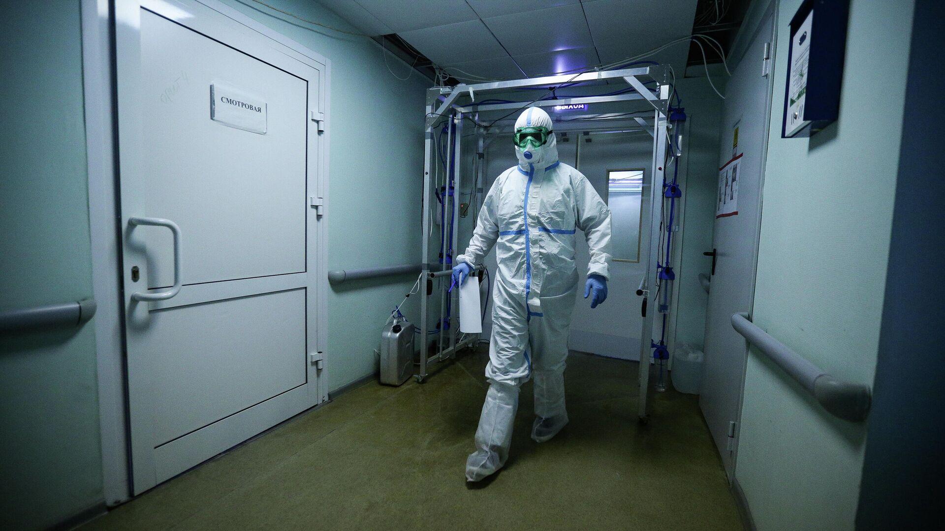 Врач Новосибирской областной клинической больницы в защитном противоэпидемическом костюме - РИА Новости, 1920, 06.01.2021