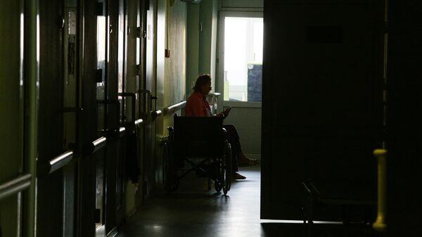 Пациент в коридоре больницы