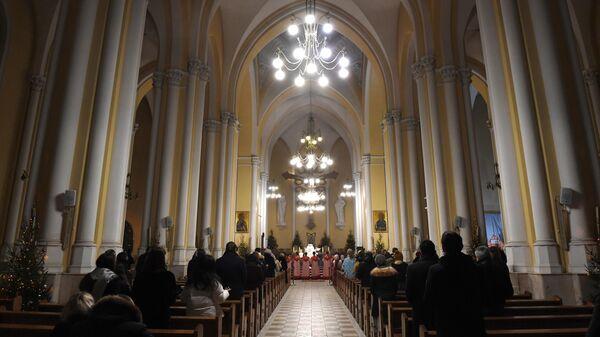 Верующие во время мессы на праздновании Рождества Христова в римско-католическом кафедральном соборе Непорочного Зачатия Пресвятой Девы Марии в Москве