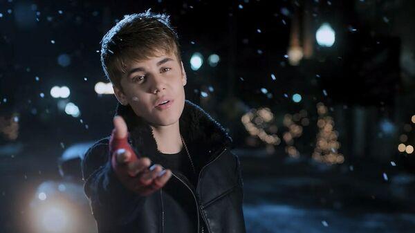 Кадр из клипа на песню Джастина Бибера Mistletoe