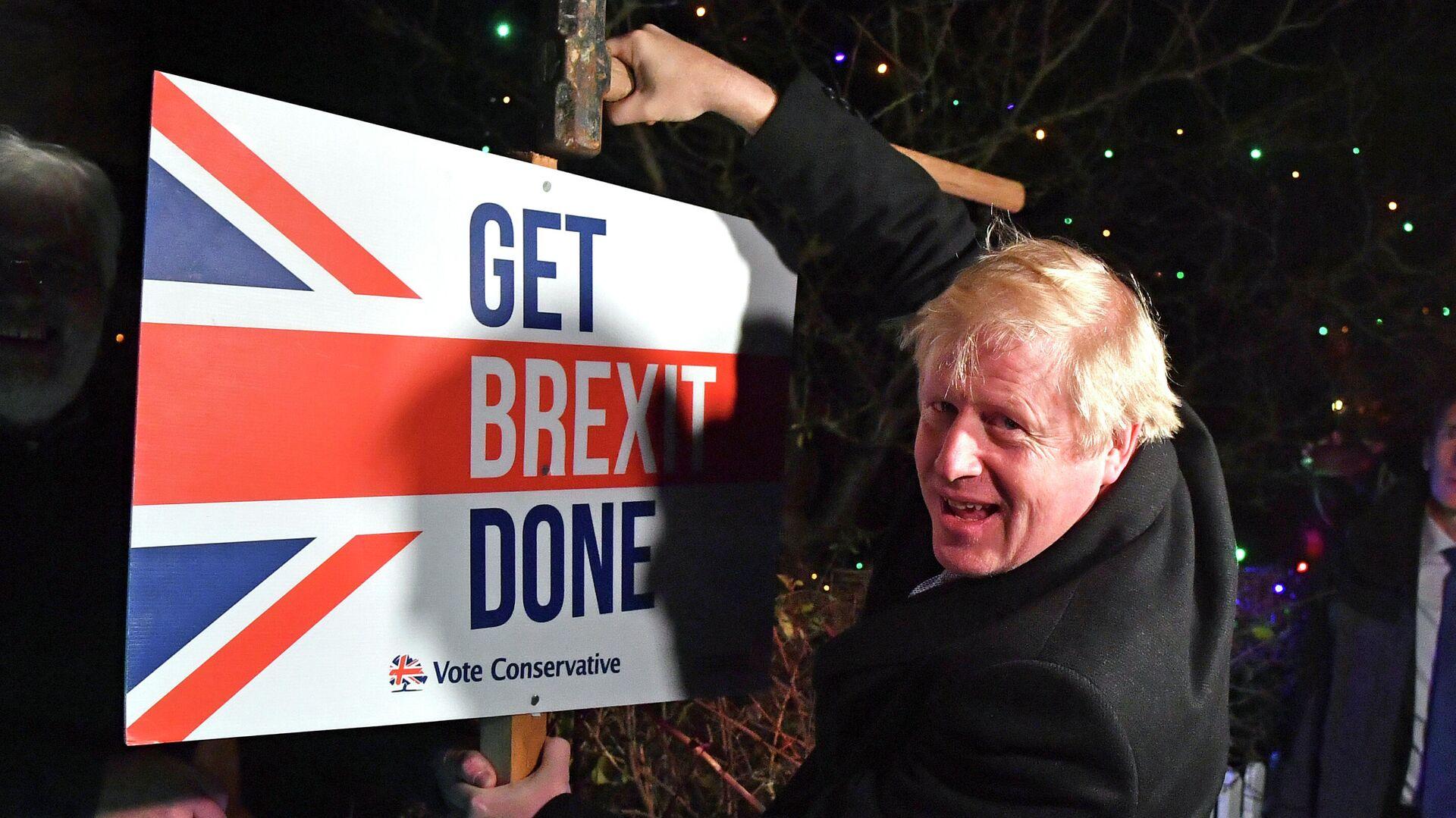 Премьер-министр Великобритании Борис Джонсон с табличкой Get Brexit Done - РИА Новости, 1920, 14.03.2021