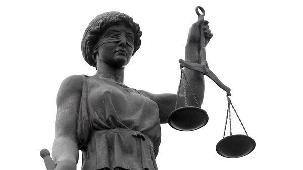 Скульптура Фемида у входа в здание Красноярского краевого суда