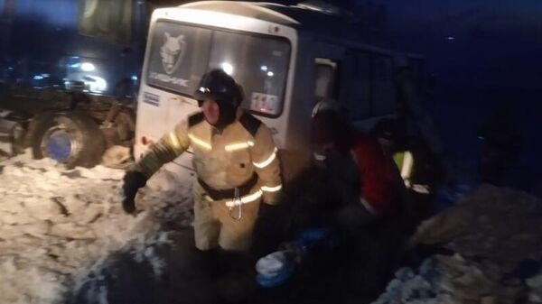 В результате столкновения на трассе в Черепановском районе Новосибирской области рейсового автобуса и грузовика погиб один человек, семеро пострадали