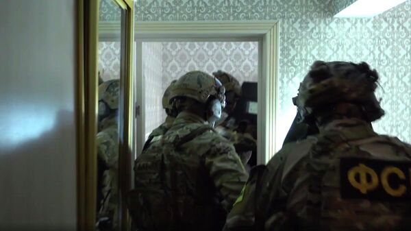 Сотрудники ФСБ во время спецоперации в Дагестане. Стоп-кадр видео