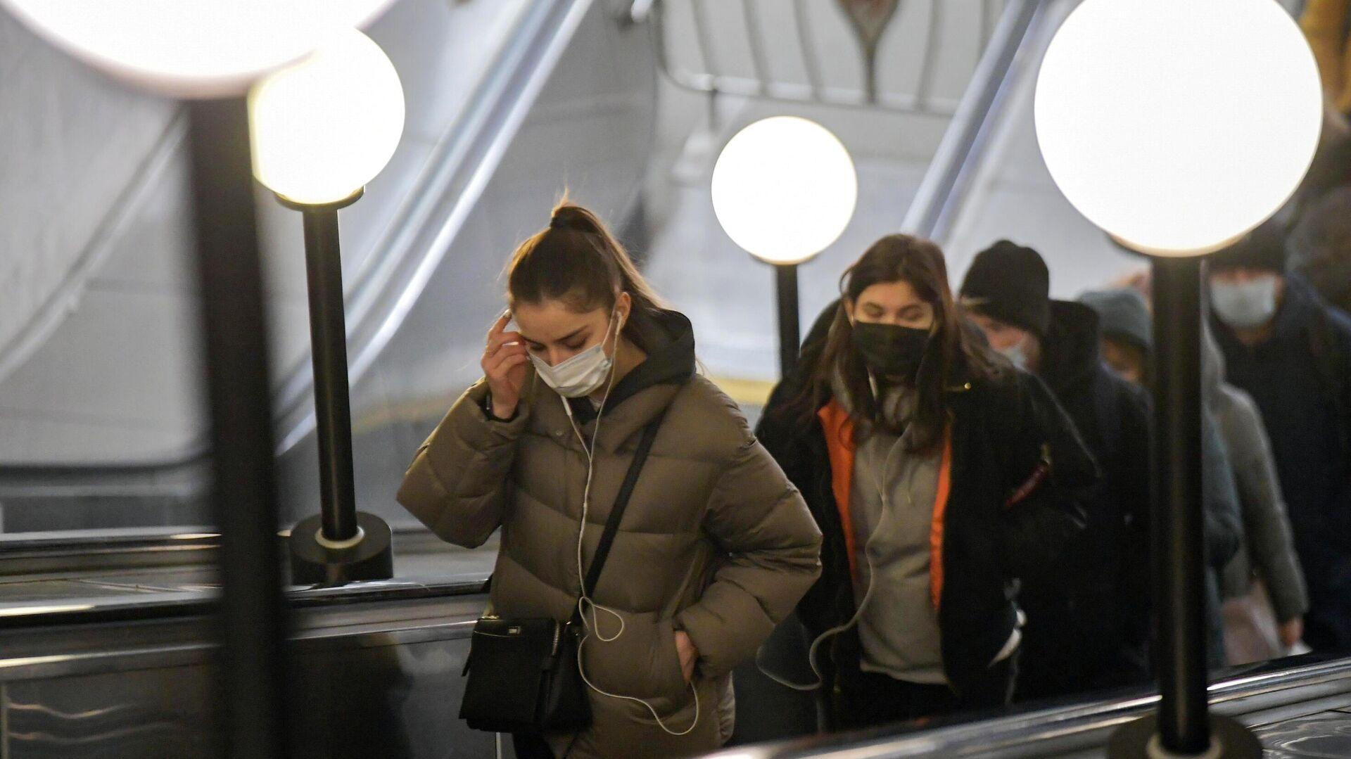 Пассажиры в защитных масках на эскалаторе в московском метрополитене - РИА Новости, 1920, 20.01.2021