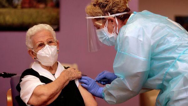 Арасели Росарио Идальго Санчес во время вакцинации от коронавируса в Испании