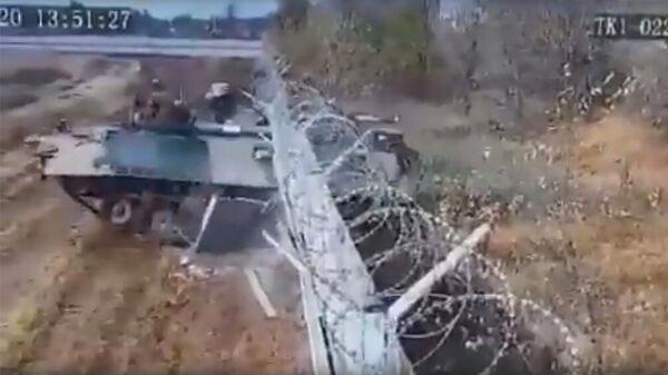 Боевая машина пехоты (БМП-3) снесла бетонный забор в аэропорту Волгограда. Кадр записи камеры видеонаблюдения