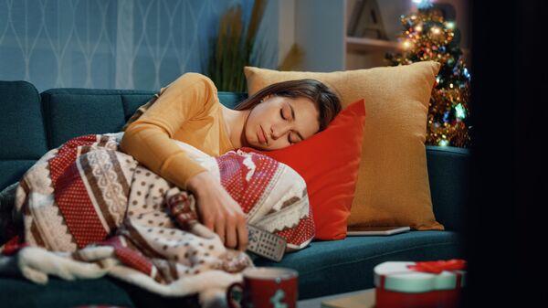 Девушка спит с пультом от телевизора