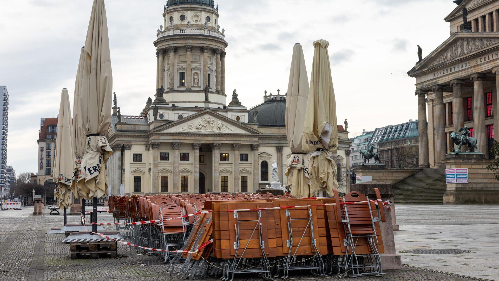 Столы и стулья возле кафе на площади Жандарменмаркт в Берлине - РИА Новости, 1920, 31.12.2020