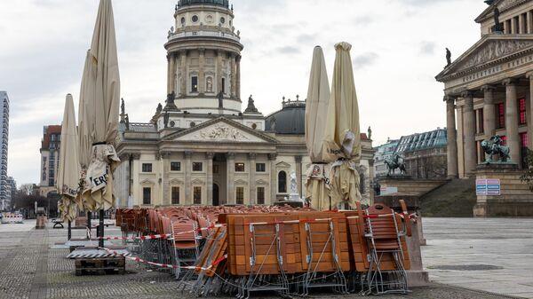 Столы и стулья возле кафе на площади Жандарменмаркт в Берлине