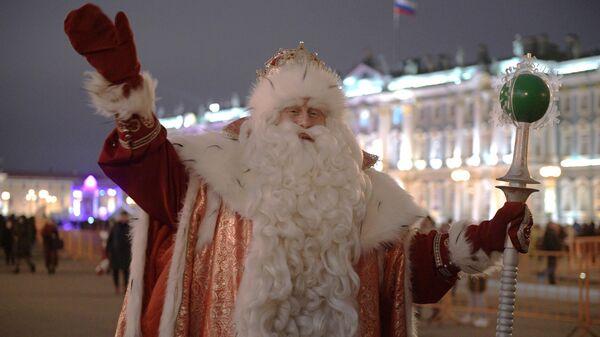 Дед Мороз на Дворцовой площади в Санкт-Петербурге