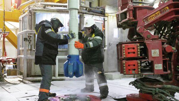 Рабочие на нефтеперерабатывющем заводе