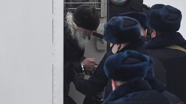 Бывший схимонах Сергий (Николай Романов) выходит из автозака у Басманного суда Москвы