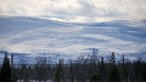 Вид на горный массив Хибины в окрестностях села Ловозеро в Мурманской области