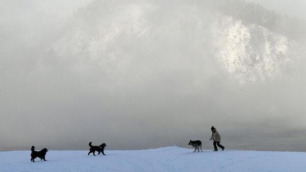 Женщина гуляет на берегу Енисея в Красноярском крае  в 30-градусный мороз
