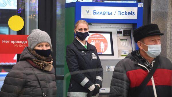 Пассажиры на станции Подольск в Московской области