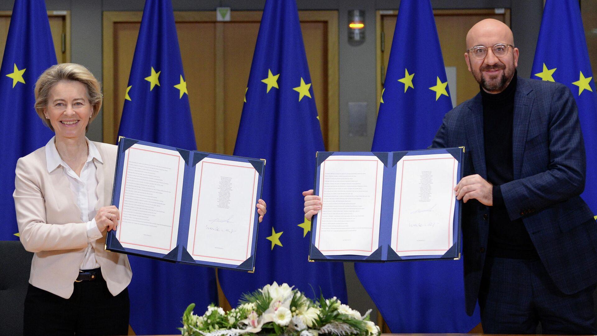 Президент Европейской комиссии Урсула фон дер Ляйен и президент Европейского совета Шарль Мишель после подписания торгового соглашения по Brexit в Брюсселе - РИА Новости, 1920, 17.01.2021