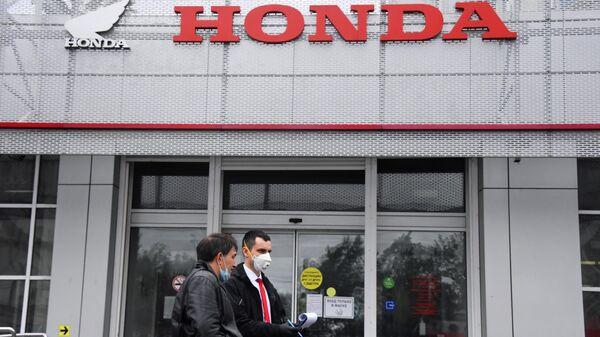 Посетители автомобильного салона Honda в Москве