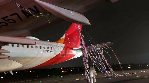 Самолет компании Avianca в мишуре. Фото очевидцев