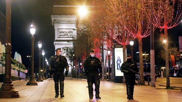Французские полицейские патрулируют Елисейские поля в Париже, Франция
