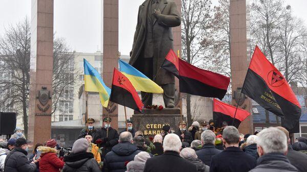 Участники митинга, приуроченного к 112 годовщине со дня рождения Степана Бандеры, во Львове