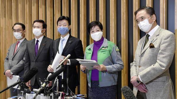 Губернаторы Сайтамы, Тибы, Министр экономики и губернаторы Токио и Канагавы на совместной пресс-конференции после встречи в Токио, Япония