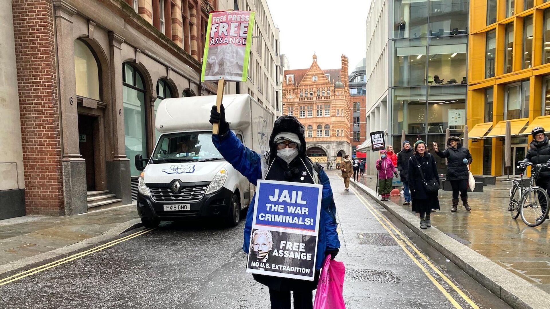 Сторонники Джулиана Ассанжа возле здания суда в Лондоне, где рассматривается дело об его экстрадиции в США - РИА Новости, 1920, 04.01.2021