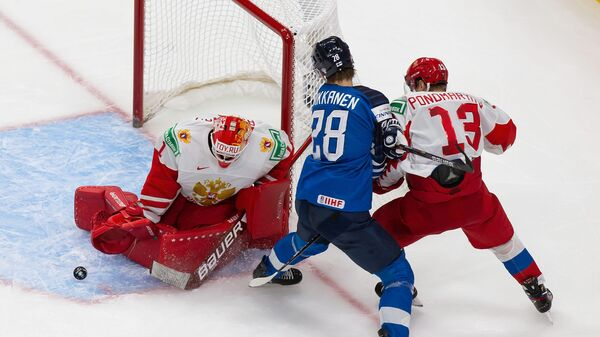 Хоккеист сборной России Василий Пономарев и вратарь Ярослав Аскаров защищают ворота от финского хоккеиста Анри Никканена