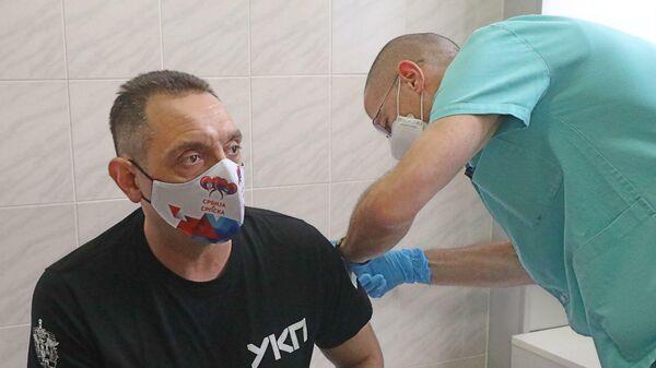 Главе МВД Сербии Александру Вулину делают прививку российской вакциной против COVID-19 Спутник V