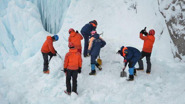Спасатели работают у Вилючинского водопада в Камчатском крае, где обрушился лед