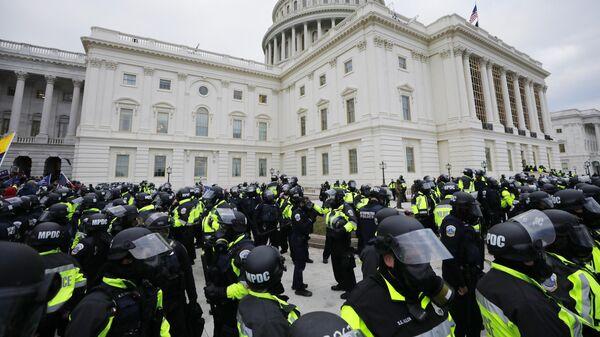 Сотрудники полиции во время акции протеста сторонников действующего президента США Дональда Трампа у здания конгресса в Вашингтоне