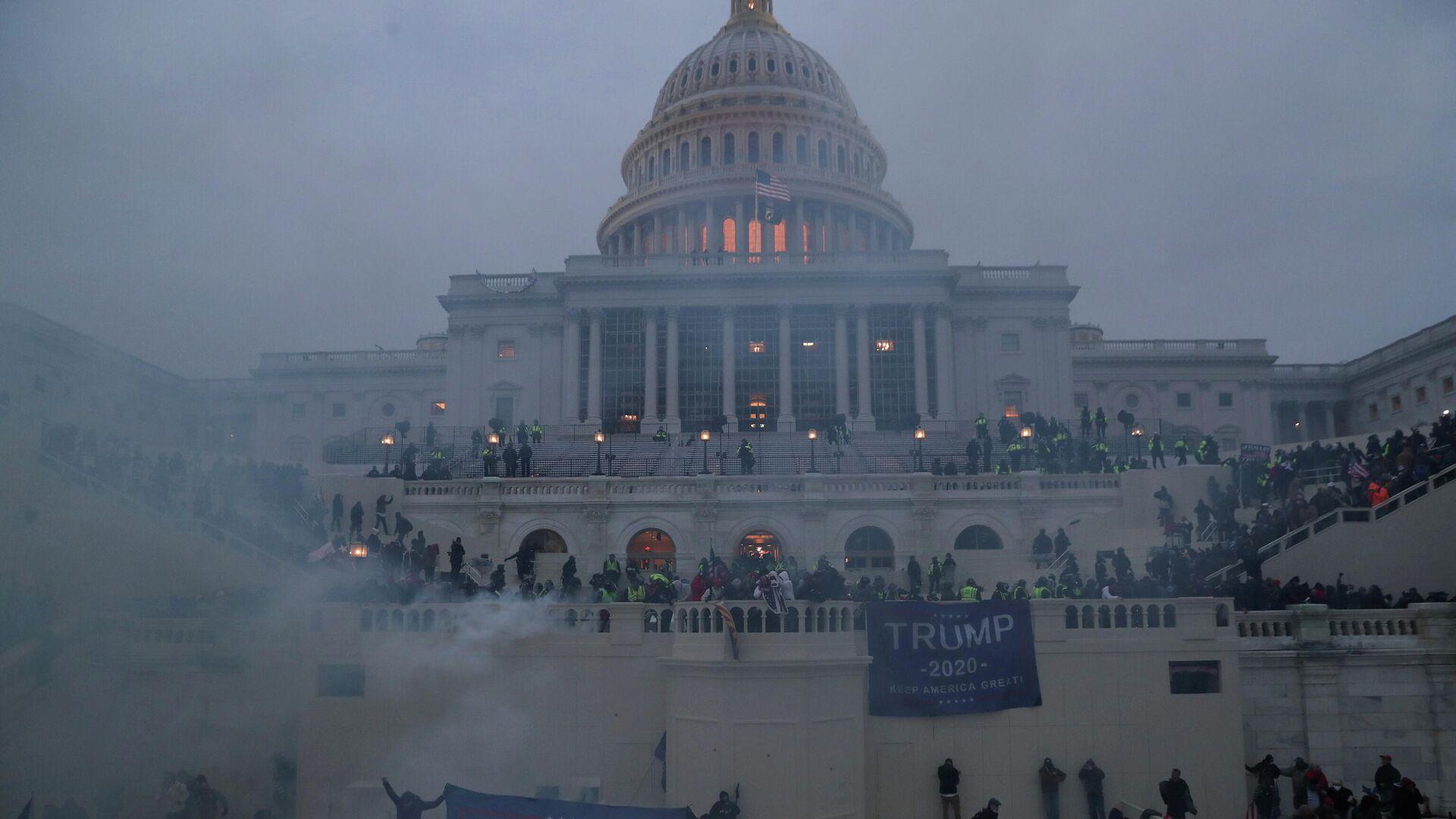Участники акции сторонников действующего президента США Дональда Трампа у здания конгресса в Вашингтоне - РИА Новости, 1920, 07.01.2021
