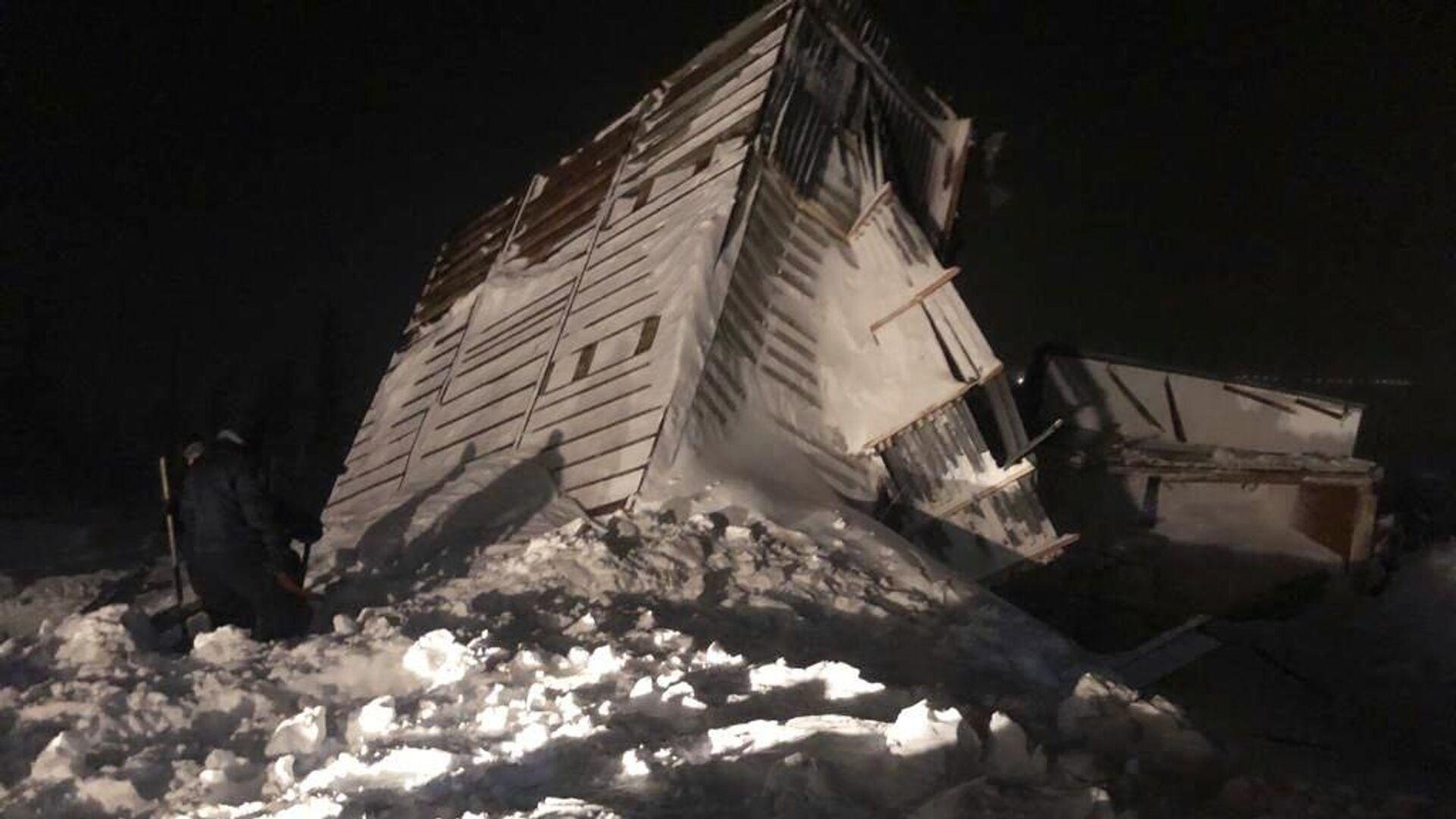 Дом, разрушенный в результате схода лавины в районе горнолыжного комплекса Гора Отдельная в Норильске - РИА Новости, 1920, 10.01.2021