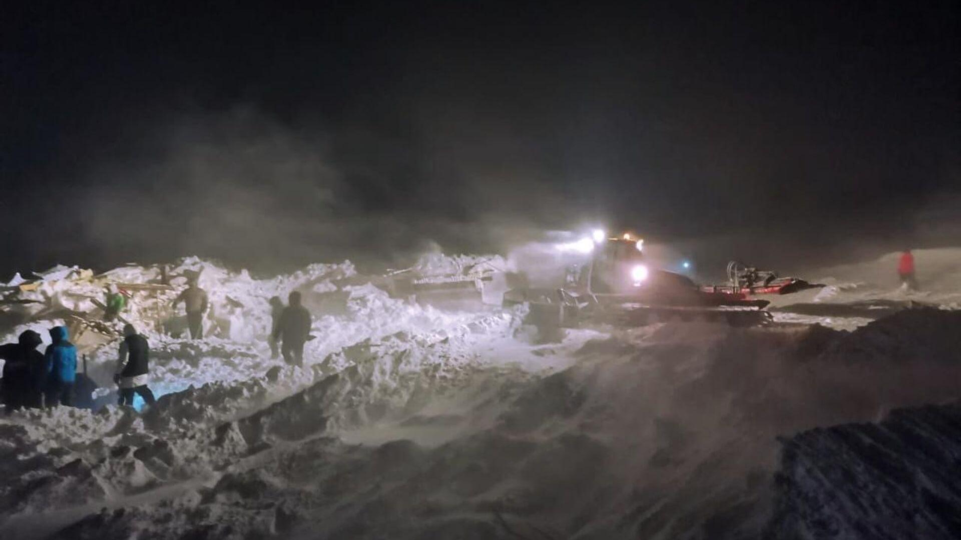 Сотрудники МЧС РФ проводят поисково-спасательные работы в районе горнолыжного комплекса Гора Отдельная в Норильске - РИА Новости, 1920, 09.01.2021