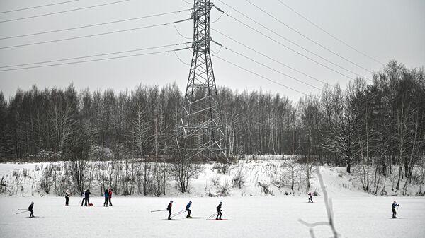 Люди катаются на лыжах в зоне отдыха Битца