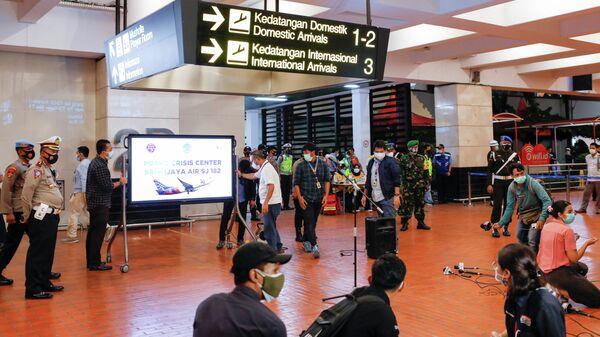 Представители СМИ в аэропорту Сукарно-Хатта в Джакарте, после крушения самолета компании Sriwijaya Air