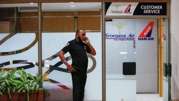 Сотрудник в аэропорту Сукарно-Хатта в Джакарте, после крушения самолета компании Sriwijaya Air