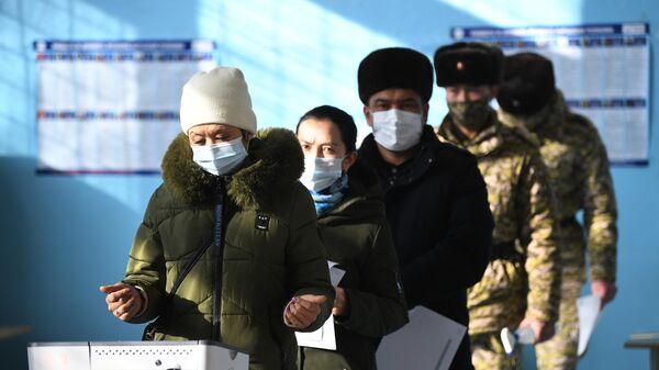 Люди голосуют на досрочных выборах президента Кыргызской Республики на одном из избирательных участков в Бишкеке