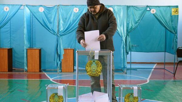 Мужчина на избирательном участке №235 в Алма-Ате во время голосования на очередных парламентских выборах в Казахстане