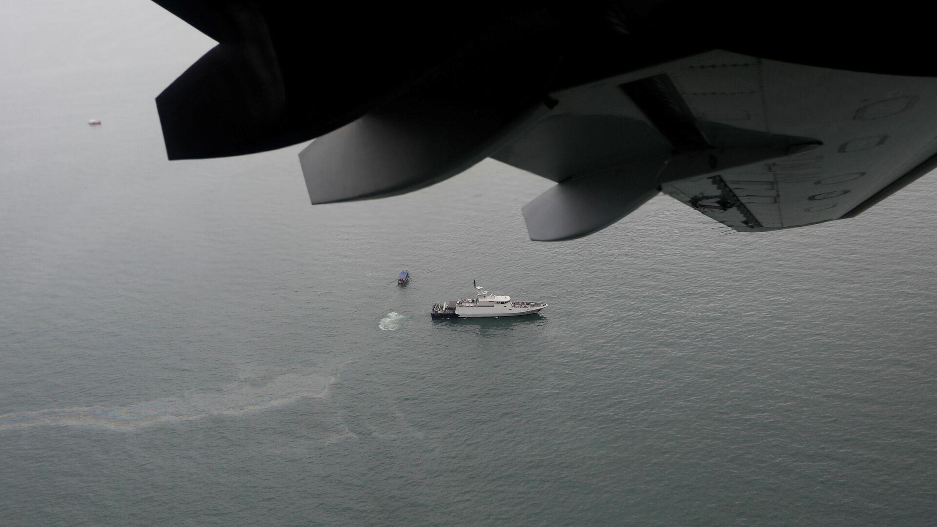 Корабль и лодки на месте поисков потерпевшего крушение в море рейса Sriwijaya Air SJ-182 - РИА Новости, 1920, 10.01.2021
