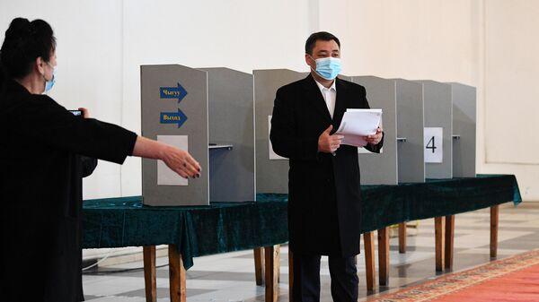Кандидат в президенты Кыргызской Республики Садыр Жапаров голосует на досрочных выборах президента на одном из избирательных участков в Бишкеке