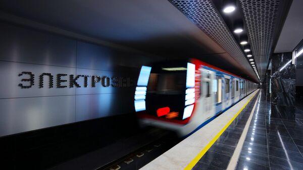 Поезд прибывает на станцию Электрозаводская Большой кольцевой линии Московского метро