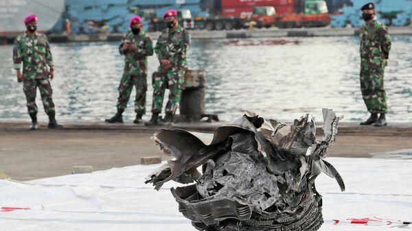 Крупный фрагмент самолета, найденный у берегов острова Ява, где потерпел крушение самолет Boeing 737-500