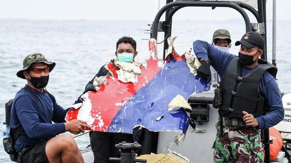 Фрагмент самолета, найденный у берегов острова Ява, где потерпел крушение самолет Boeing 737-500
