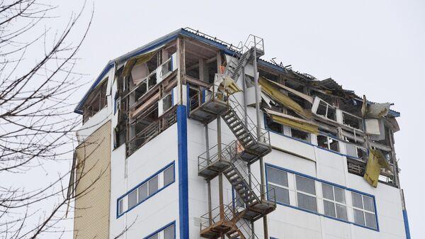 Производственное здание в Новосибирске с частично обрушившимися верхними этажами