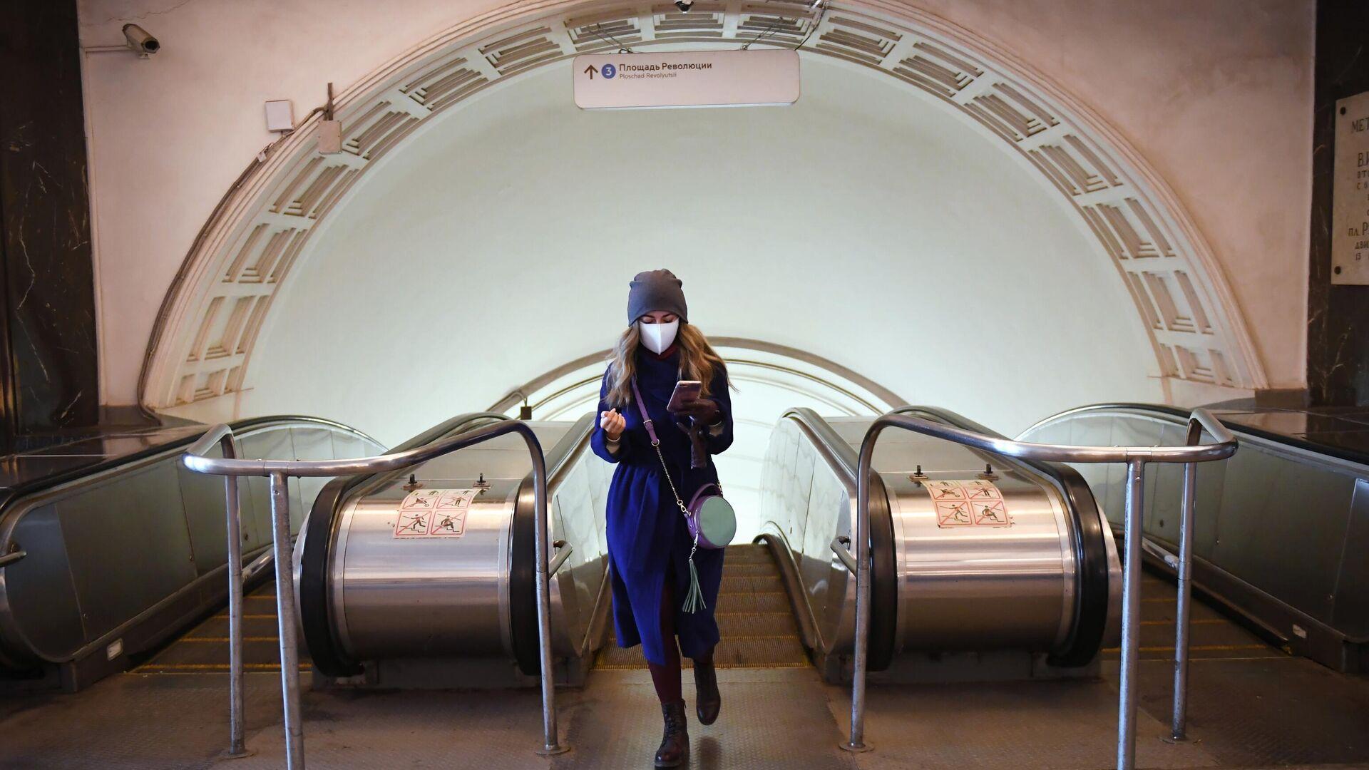Девушка поднялась по эскалатору станции метро Площадь революции - РИА Новости, 1920, 14.01.2021