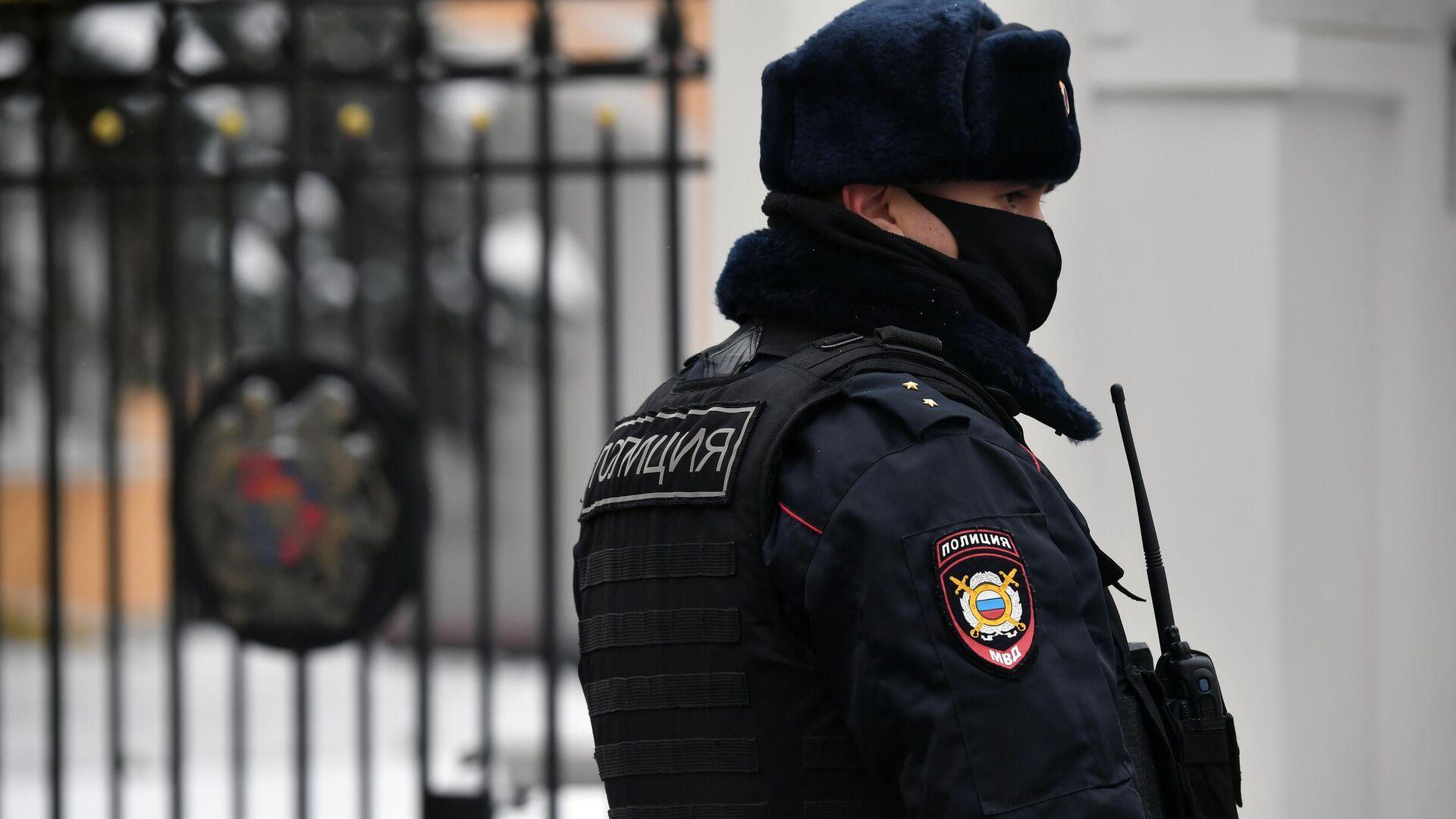 Сотрудник правоохранительных органов у здания посольства Республики Армения в Москве - РИА Новости, 1920, 24.01.2021